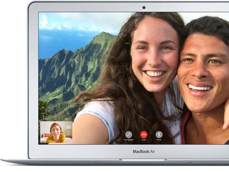 MacBook Air mostrando uma chamada FaceTime entre um pai e suas filhas.