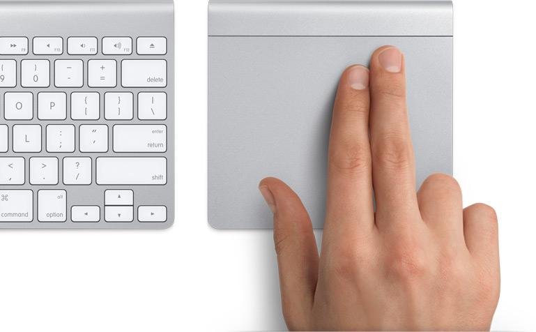Dois dedos prontos para deslizar no trackpad.