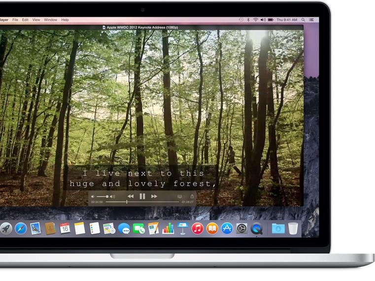 MacBook Pro mostrando los subtítulos en la parte inferior de la pantalla que dictan lo que se dice en voz alta.