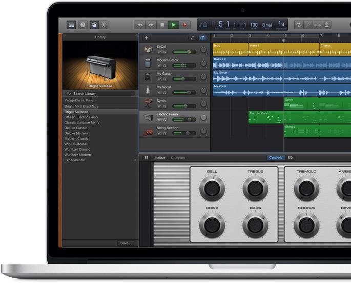 MacBook Pro mostrando una pantalla de GarageBand, mientras se compone una canción.