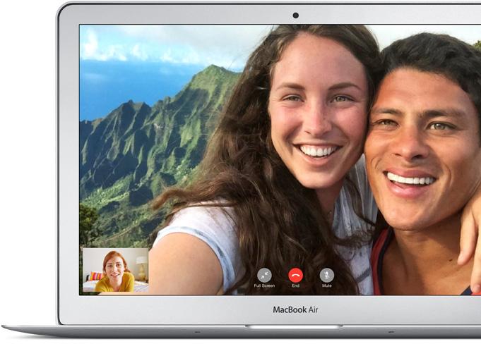 MacBook Air mostrando a una madre y sus dos hijas usando FaceTime con una imagen en miniatura de su hermano