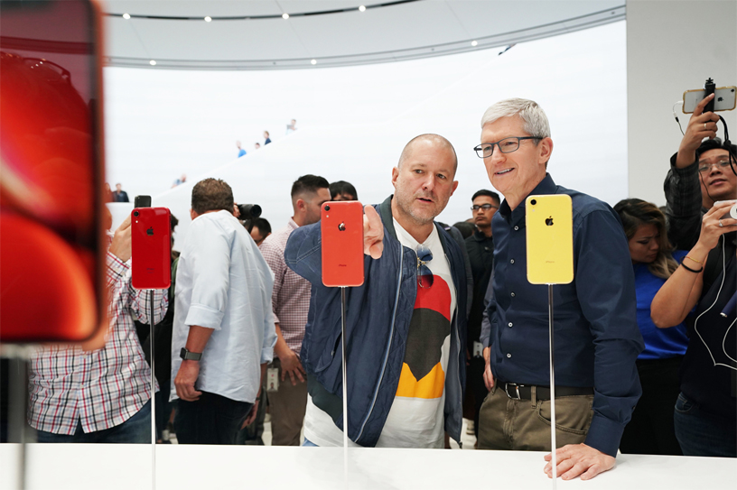 Jony Ive and Tim Cook check out at iPhone Xr.