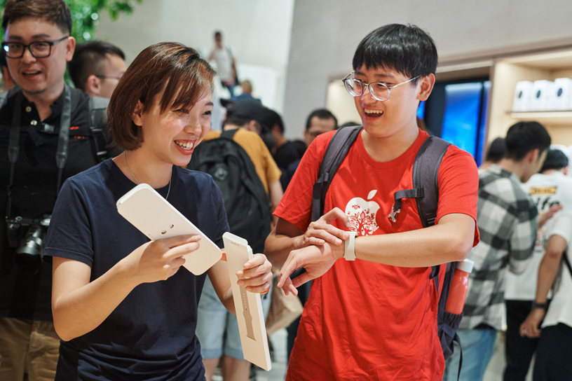 An Apple Xinyi A13 team member assisting a customer with Apple Watch.