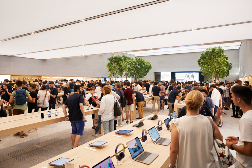 Customers fill the floor inside Apple Piazza Liberty.