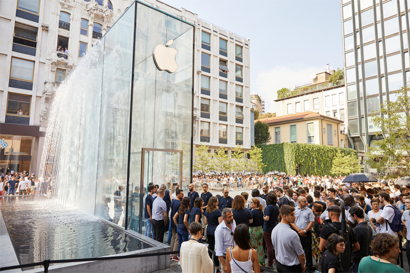 Thousands of customers fill Apple Piazza Liberty on opening day.
